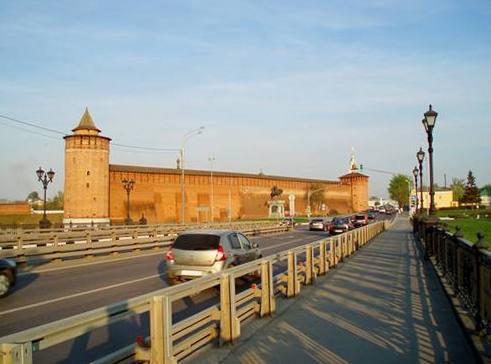 Виды Коломны. Вид на кремлёвскую стену с моста через р.Коломенка. 2014.